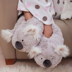 Cozy winter slippers – Just Trendy Girls - All About Clothes Cute Sandals, Cute Shoes, Funny Slippers, Fluffy Shoes, Winter Slippers, Soft Slippers, Bedroom Slippers, Disney Stitch, Womens Slippers