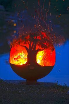"""""""The Fire Pit Gallery""""entwirft und schafft einzigartige Feuerkugeln. Handgefertigt in den USA aus Stahl, sollen sie ein Leben lang halten."""
