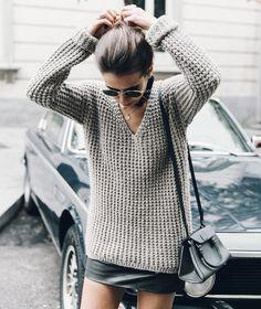 Pull cosy + mini jupe en cuir + bandana noué près du cou = le bon mix (blog Collage Vintage)