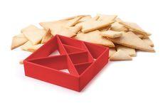 Mit Essen soll man nicht spielen. Wenn man davon intelligenter wird, kann man aber ruhig mal eine Ausnahme machen. Mit der Keksform TANGRAM wird aus Mehl, Eiern und Butter das traditionelle chinesische Legespiel mit seinen sieben typischen geometrischen Formen. Daraus lassen sich im Handumdrehen Tiere, Schiffe oder wilde Muster legen. So entstehen aus einer Keksform unendlich viele Keksformen, die alles andere ausstechen.Material: Kunststoff (Polypropylen)Farbe: rotAbmessungen: 10 x 10 x 2,8…