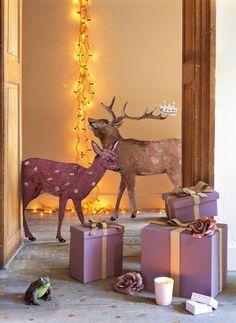 Cerf et biche presque grandeur nature en carton peints et pailletés, installés dans la maison