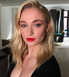 With the Game of Thrones series finale behind her, Sophie Turner is ready to talk about Sansa Stark's journey. Sophie recently. Sophie Turner, Zendaya, Beautiful Female Celebrities, Beautiful Women, Lysandre Nadeau, Creamy Blonde, Cooler Style, Shoulder Length Hair, Kate Beckinsale