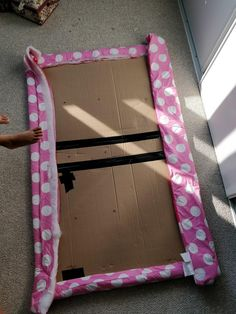 Learn how to make a cheap & easy DIY upholstered headboard with tufting, using simple materials you have at home. No powertools and no sewing needed. Diy Tuffed Headboard, Girls Headboard, Cheap Diy Headboard, Pillow Headboard, Diy Headboards, Slipcovered Headboard, Diy Organizer, Cardboard Headboard, Diy Flooring
