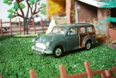 Morris Traveller, english people in holidays ... (scale 1/43)