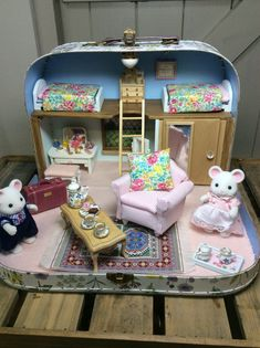 Made to Order Large Suitcase Diorama - Miniature Dolls Miniature Rooms, Miniature Crafts, Doll Furniture, Dollhouse Furniture, Diy Dollhouse, Dollhouse Miniatures, Diy And Crafts, Crafts For Kids, Mini Doll House