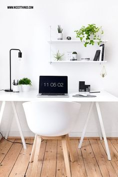 Urban Jungle decoration in the home office: plant decoration on the desk .- Urban Jungle Deko im Home Office: Pflanzen Deko am Schreibtisch – Nicest Things Desk inspiration: a different urban jungle. On nicestthings with Etsy.