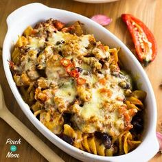 of our favourite Slimming World friendly meals are Chilli and pasta. We like combine them to both to make this Syn Free Chilli Pasta Bake! Slimming World Pasta, Slimming World Dinners, Slimming World Recipes Syn Free, Slimming Eats, Mince Recipes, Beef Recipes, Cooking Recipes, Healthy Recipes, Pasta Recipes