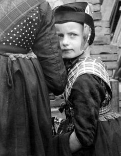 kees scherer - Meisje in klederdracht (Staphorst) (ksnl-184) (fotografie/fotografische afdruk)