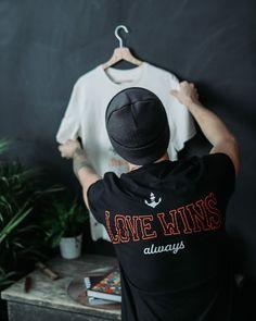 """Casual Round Neck T-Shirt in schwarz mit Heart Over Bucks Print vorne, Love Wins Backprint und kleinem """"Created & LTD Siegel"""" Print unten rechts. Für Männer und Frauen. Das Design ist auf 100 St. limitiert. Nachhaltige Materialien und faire Produktion. Tipp: Ärmel 2-mal umschlagen, und schon hast du ein Roll-Sleeve Shirt. 1,- € aus jedem Verkauf spenden wir für wohltätige Zwecke. Mehr Ideen für nachhaltige Outfits und Accessoires findest du bei Stroncton im Online Shop #stroncton"""