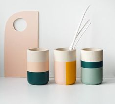 El colorido conjunto de 3 jarrones de madera es una forma única de dar a cualquier espacio de vida o de trabajo una sensación moderna y fresca.  NOTA DIMENSIONES DE VASE: 3,5 pulgadas de alto y 2,3 pulgadas de ancho (9 cm x 6 cm)  - hecho de madera de sicomoro - pintado en hermosos colores - adorna Pottery Painting Designs, Pottery Designs, Paint Designs, Pottery Painting Ideas Easy, Ceramic Painting, Ceramic Art, Painting Vases, Ceramic Decor, Ceramic Bowls