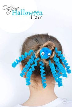 Cute Halloween hairstyles for girls. The fun corkscrew pipe cleaners make it look difficult but it's actually a simple Halloween hair idea! I think this could be a great crazy hair day idea for school Crazy Hair Day Girls, Crazy Hair For Kids, Crazy Hair Day At School, Short Hair For Kids, Days For Girls, Crazy Hat Day, Girls School, Crazy Crazy, Kids Girls