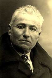 """Antonio Noriega Varela foi un relevante investigador do noso léxico, así como xornalista e poeta de ideoloxía conservadora, que pertenceu, no ámbito literario, á denominada """"Xeración de antre dous séculos"""", protagonizando, xunto con Ramón Cabanillas e outros, a transición da poesía galega do século XIX á do século XX."""