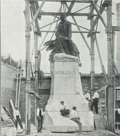 La estatua de Mariano Moreno del escultor español Miguel Blay y Fábregas a punto de ser embarcada rumbo a Buenos Aires.