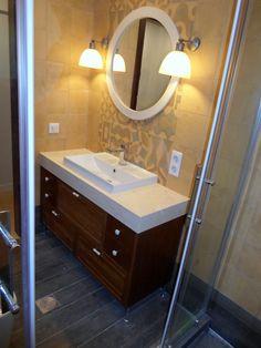 Έπιπλο μπάνιου από καπλαμά δρυς, μασίφ ξύλο, πορσελάνινα πόμολα, στρόγγυλο καθρέφτη από λάκα και μεταλλικά ρυθμιζόμενα πόδια.