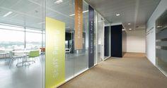 Área de circulação nos escritórios da SAP em Lisboa, Portugal