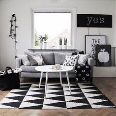 Un salon #graphique noir et blanc. http://www.m-habitat.fr/par-pieces/salon-et-salle-a-manger/un-salon-moderne-deco-et-amenagements-possibles-2639_A