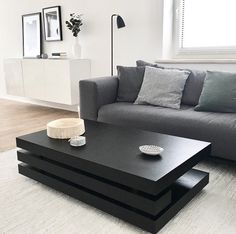 schwarzer Couchtisch, graues Sofa, heller Teppich Black Table, Lounge, Furniture, Home Decor, Gray Sofa, Black Man, Living Room, Airport Lounge, Drawing Rooms