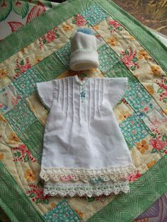 In Memory of The Smallest of Us week size gown, hat and quilt made with new and vintage trims and fabrics, handembroidered. Angel Outfit, Angel Dress, Sewing Hacks, Sewing Crafts, Sewing Projects, Baby Clothes Patterns, Sewing Patterns, Baby Patterns, Preemie Babies