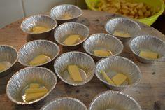 Alubakjes inspuiten met bakvet, laagje suiker en een klein puntje roomboter erin doen. Dan vullen met de appelblokjes.