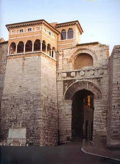 Perugia, Arco etrusco. Costruito nella seconda metà del III secolo a.C. e fatto ristrutturare da Augusto nel 40 a.C. dopo la sua vittoria nella guerra di Perugia.