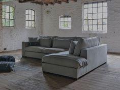 Hoekbank Annabelle L van Room 108. Grote comfortabele hoekbank in landelijke stijl. Hoekbank met lendenkussens, brede leuningen en grote zitkussens.