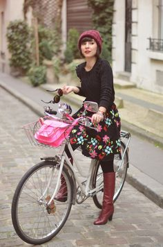 Helloitsvalentine streetstyle bicycle vintage bike city Paris fashion blogger french couple boyfriend ride stroll #bikes