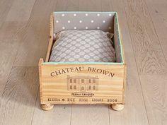 un panier pour chat ou un lit de poupée dans une caisse à vin Plus