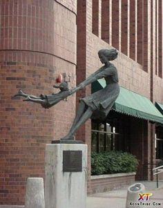 Escultura retratando mãe e filha divertindo-se. Fica em Salt Lake City, em Utah, USA.