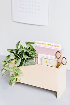 How to Make a Modern DIY Desk Organizer for Back to School and Beyond - Dıy Desk vintage Ideen Woodworking Desk, Woodworking Patterns, Woodworking Classes, Woodworking Techniques, Woodworking Crafts, Woodworking Machinery, Popular Woodworking, Woodworking Equipment, Woodworking Workshop
