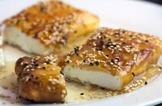 sintagi gia feta me meli kai sousami ediva. Kitchen Recipes, Cooking Recipes, Greek Appetizers, The Kitchen Food Network, Appetizer Sandwiches, Greek Cooking, Cooking Time, Breakfast Snacks, Yummy Food
