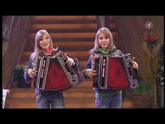 Die Twinnies - Bayernmädels - 2 Girls playing steirische harmonika on ro...