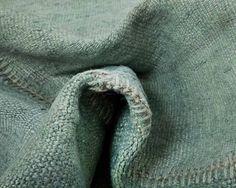 Un tapis patchwork vert de gris à l'effet définitivement vintage. Sa composition de fils de chanvre solidement tissés conviendra parfaitement à une décoration au style rustique! A découvrir sur http://www.sukhi.fr/en-chanvre-buglem-tapis-patchworks-4.html