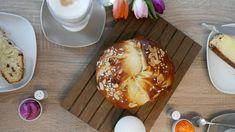 Osterbrot gehört zu Ostern einfach dazu. Dieses Osterbrot ist leicht zuzubereiten und schmeckt dank ein bisschen Quark herrlich fluffig. I Foods, Guacamole, Feta, Muffin, Food And Drink, Bread, Cheese, Baking, Breakfast