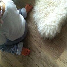 Avec une peau d'agneau si moelleuse, vive les pieds nus ! www.sheepandtales.com