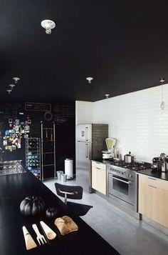Maison de Catherine Dupon-En cuisine, méli-mélo de noir et d'Inox - Envies noires - CôtéMaison.fr