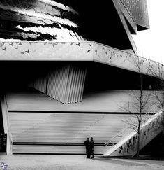 Parc de la Villette - Philarmonie de Paris  Cette photo en particulier me donne beaucoup, une véritable impression de se retrouver dans un film noir des années 30 ou dans un Hitchcock