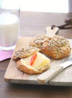 Proteinrundstykker: 1 egg 100 g cottage cheese 50 g grovt mel (jeg har brukt en blanding av hvete og rug) ½ ts bakepulver en klype salt 1-2 ss solsikkekjerner (som topping)