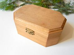 This unfinished six sided wooden box is made of bamboo wood and has metal hinges with bronze color and the cap and the body of the box has bronse closing.  I have colored the box with mordant so that it looks like old wood vintage box.     Dimentions: 5.8 x 3.8 x high 2.1 inches ( 14.5 x 9.5 x high 6.5 cm.)  Material: Bamboo wood    You can use this box to decorate it or create an art box of it. The box is ready to work with and may be decorated in hundreds of ways with burlap fabric, laces…