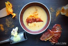 Sweet and warming carrot cream with a spicy hint of ginger and coconut milk is an ideal choice for frosty days. The taste of this soup can be enriched with such additives as curry, pumpkin seeds, parmesan, coriander, croutons or, as in my case, Parma ham chips.