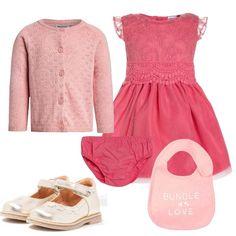 Look adatto ad una cerimonia per una neonata, vestitino elegante rosa, con mutandina coordinata, cardigan rosa, scarpina rosa e infine bavaglino, sempre utile in ogni occasione.