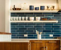 Mid century modern kitchen with blue backsplash Modern Kitchen Backsplash, Blue Backsplash, Backsplash Design, Backsplash Ideas, Blue Kitchen Tiles, Tile Ideas, Kitchen Interior, New Kitchen, Kitchen Decor
