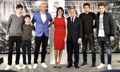 Le Français Zinedine Zidane pose avec son épouse Véronique et ses fils après sa nomination comme entraîneur du Real Madrid.
