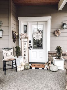 Small Front Porches, Farmhouse Front Porches, Rustic Farmhouse, Summer Front Porches, Country Porches, Cottage Farmhouse, Front Porch Signs, Front Door Decor, Fall Front Doors