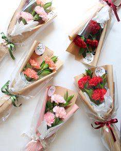 달빛꽃집 어버이날 시즌안내 카네이션 컬러참고해주세요😆 핑크. 레드 . 오렌지 . 와인 등 있습니다 매장에서 바로구매가능하세요✨두개이상 은 예약 해주세요 🙏🏻 . . . . . . 어버이시즌 상품안내 블로그에 포스팅했습니다 😊 . . . .… Single Flower Bouquet, Flower Bouquet Diy, Bouquet Wrap, Small Bouquet, Red Rose Bouquet, Floral Bouquets, Boquette Flowers, How To Wrap Flowers, Luxury Flowers