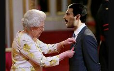 Queen Elizabeth II of England and Freddy Mercury of Queen Queen Freddie Mercury, Queen Mercury, Freddie Mercury Quotes, Albums Queen, Freddie Mercuri, Queen Youtube, Beatles, Roger Taylor, We Will Rock You