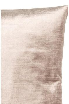 Cushion cover in velvet made from a cotton and viscose blend with a concealed zip.