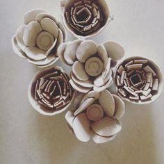 detalle de flores con hueveras de cartón y tubos de papel de cocina/ higiénico.