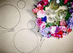 Kunstblumen, z. B. SMYCKA Kunstblumen Mohn, werden mit einem Band zu einem Kranz zusammengebunden als schöne Tischdeko.