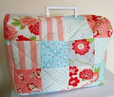 Capa para máquina de costura - The Patchsmith: Across the Pond - Sewing Machine Cover Sewing Room Decor, Sewing Room Organization, Sewing Rooms, Sewing Machines Best, Sewing Machine Tables, Sewing Machine Covers, Sewing Pillows, Sewing Accessories, Sewing Projects For Beginners