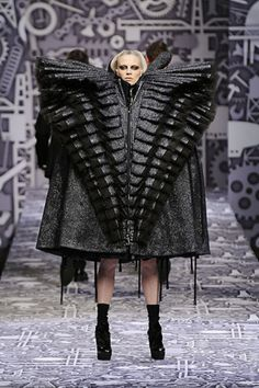 Viktor & Rolf Fall 2010 Ready-to-Wear Collection Photos - Vogue Fashion Fail, Funny Fashion, Weird Fashion, High Fashion, Fashion Show, Avantgard Fashion, Viktor & Rolf, Victor And Rolf, 3d Mode
